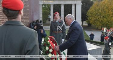 Lukasenko Bécsben a szovjet hősi emlékművet koszorúzta meg