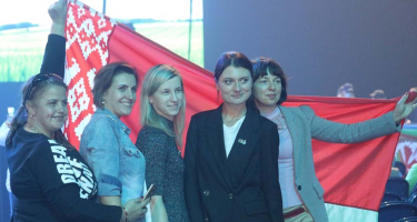 Belarusz nők Lukasenko mellett
